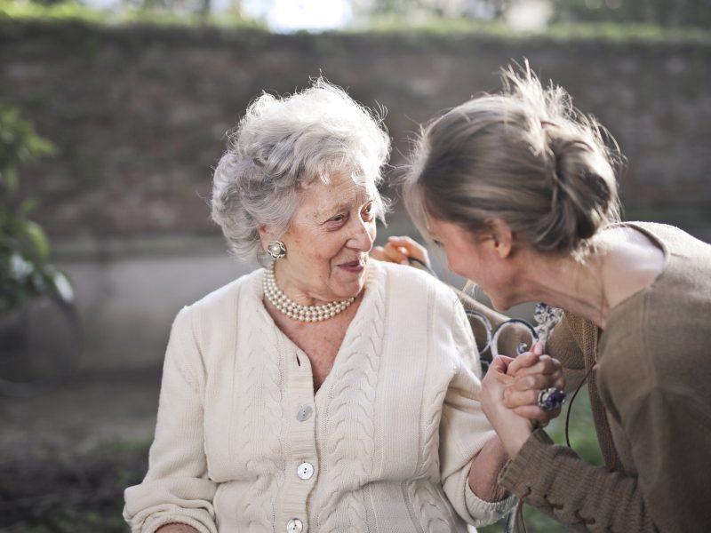 Zwei Generationen reden miteinander